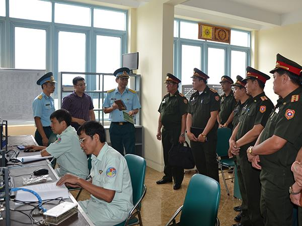 doan-can-bo-cong-doan-quan-doi-nhan-dan-lao-tham-va-lam-viec-tai-nha-may-z119