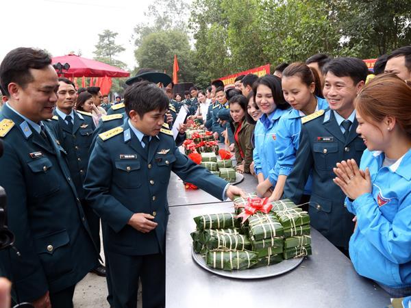"""su-doan-365-to-chuc-chuong-trinh-""""xuan-canh-troi-tham-tinh-quan-dan"""""""