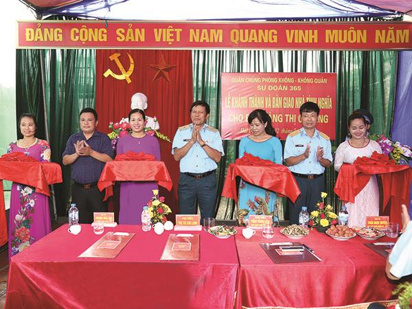 su-doan-phong-khong-365-ban-giao-nha-tinh-nghia-cho-than-nhan-liet-si-vu-van-binh