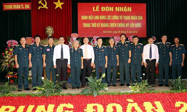 trung-doan-284-don-nhan-danh-hieu-anh-hung-luc-luong-vu-trang-nhan-dan